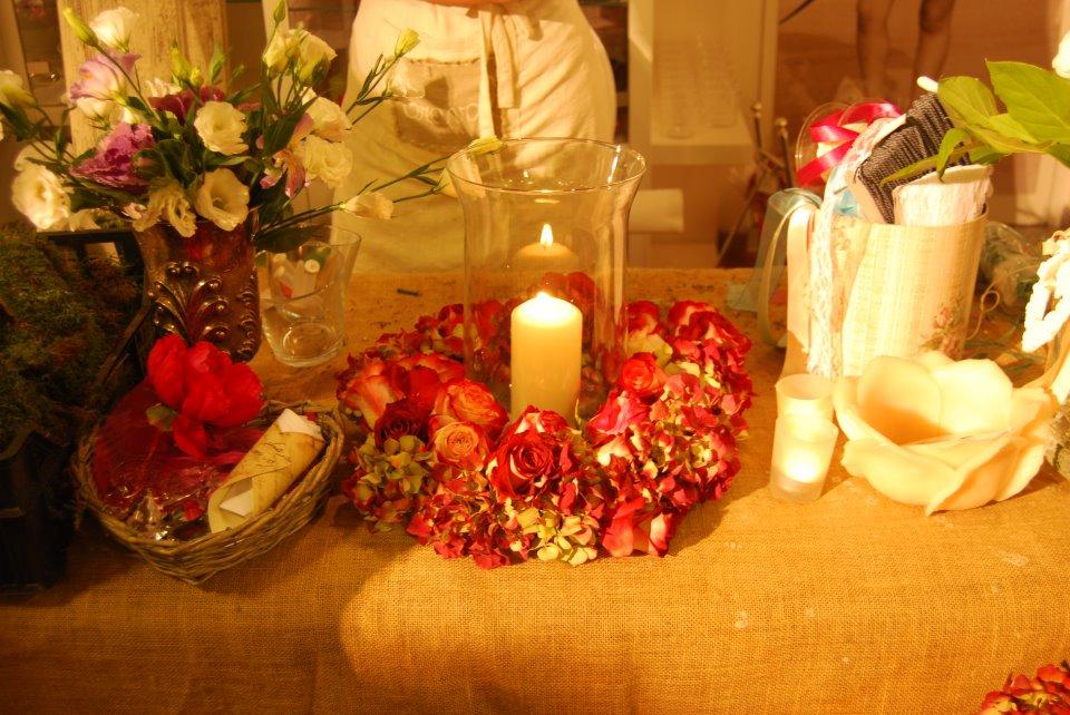 allestimento fiori - dettagli in rosso con candela