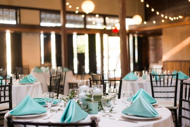 tavoli con tovagliolo color tiffany