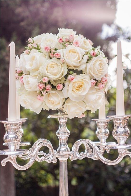 Candelabro in stile vittoriano e mazzo di rose bianche e rosa