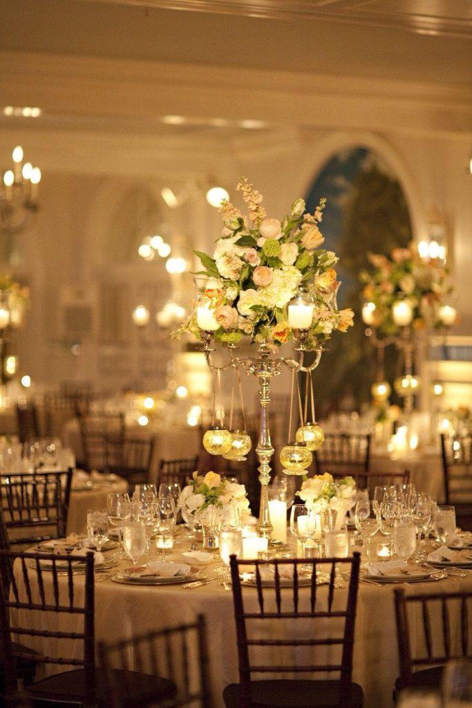 decorazione tavoli in stile vittoriano con candele e candelabri