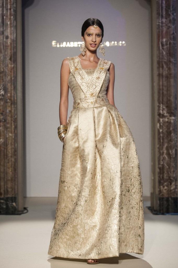 Elisabetta Polignano Collezione Sposa 2016 Abito con dettagli in oro con corpetto dritto e fascia che rende lo scollo a v. gonna con tasche