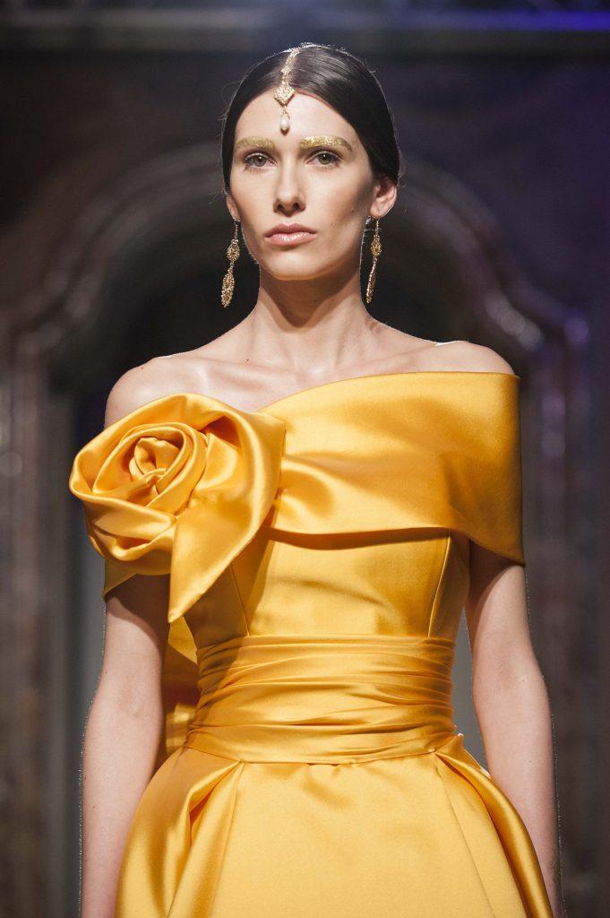 Elisabetta Polignano Collezione Sposa 2016 Dettaglio corpetto abito arancione con friore realizzato con in tessuto posto sulla spalla destra
