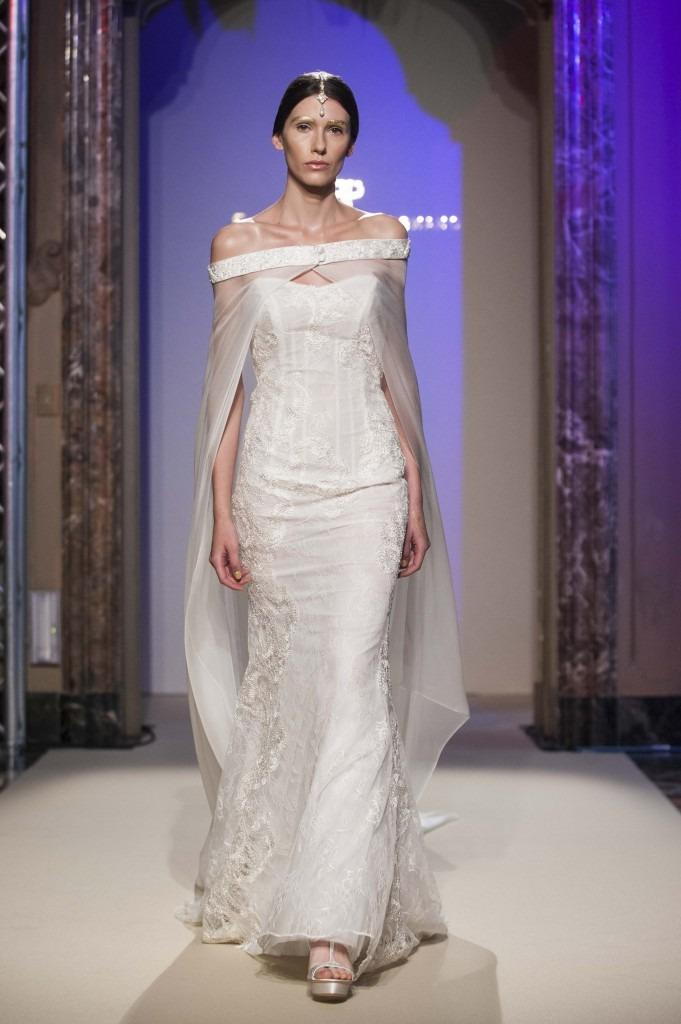 Elisabetta Polignano Collezione Sposa 2016 bianco dalla linea dritta aderente con corpetto e ricami vari su tutto il vestito. mantello in organza stile shabby chic