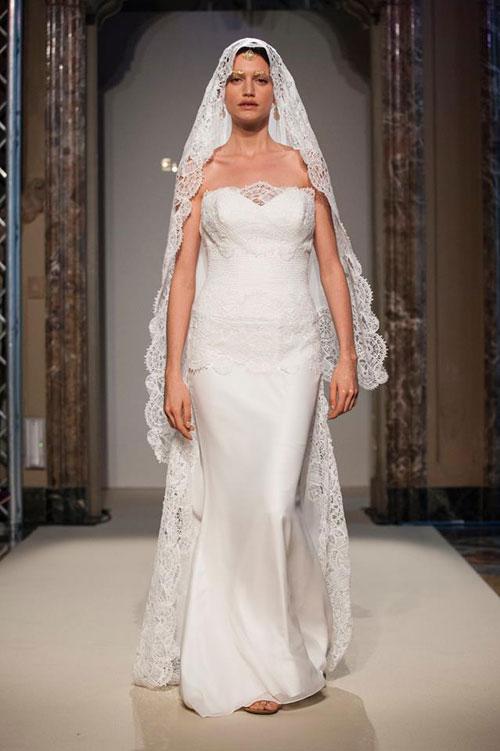 Elisabetta Polignano Collezione Sposa 2016 bianco semplice e dritto con corpetto a cuore e velo che giunge fino in vita in pizzo