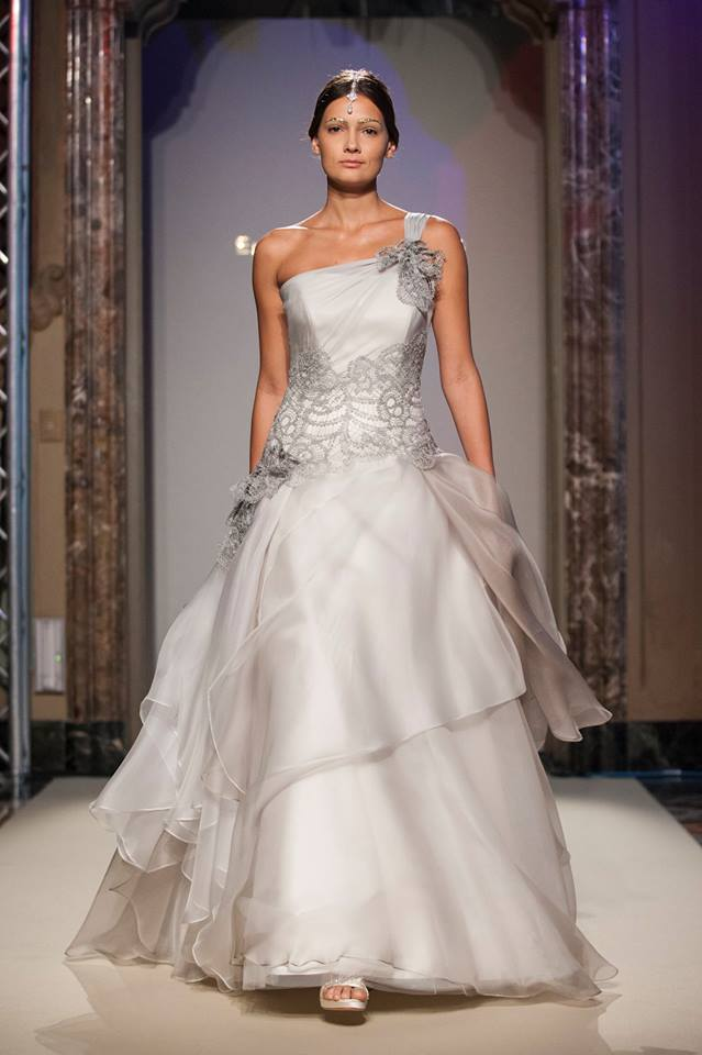 Elisabetta Polignano Collezione Sposa 2016 grigio molto chiaro dritto con starto di seta sull'abito e bellissimo dettaglio in pizzo nel punto vita