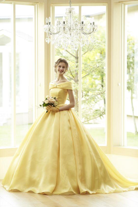 abito da sposa giallo stile la bella e la bestia con scollatura a barchetta