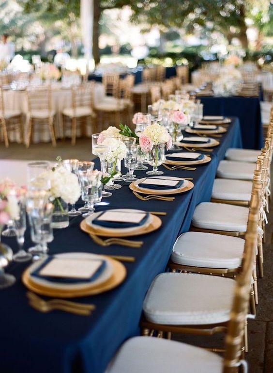 Mise en place con tovagliato blu navy e sedute parigine oro