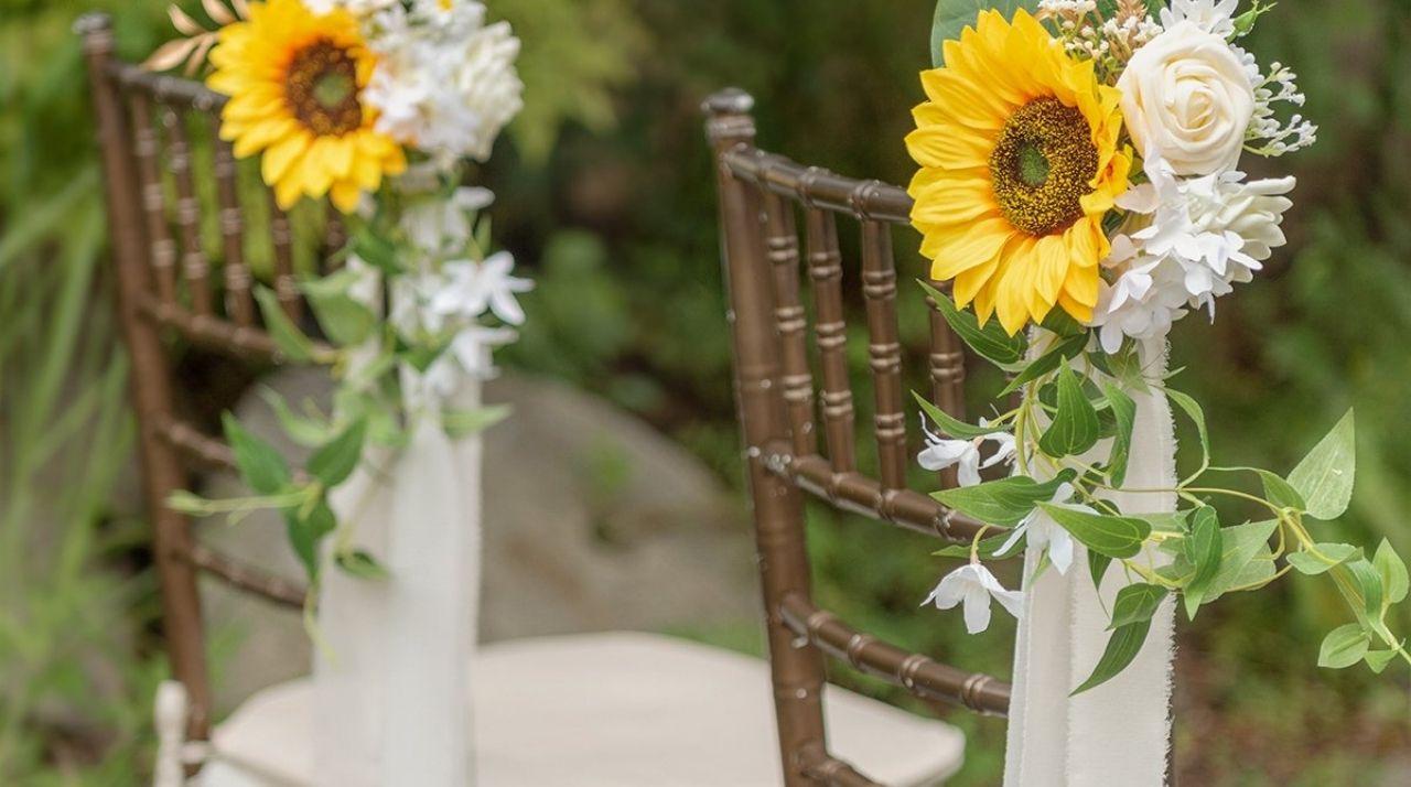 decorazione sedia cerimonia con girasole