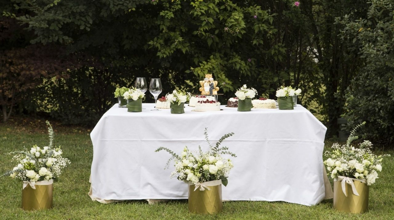 anniversario matrimonio bianco e oro - decorazione tavolo torta @wp Antonella Amato Wedding Planner