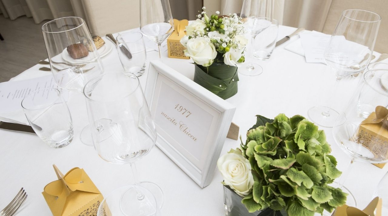 Anniversario Matrimonio Bianco e Oro - Decorazione tavolo con Scatoline Bomboniera Laser Cut @wp Antonella Amato Wedding Planner