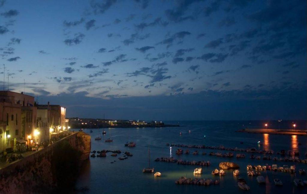 Otranto - Il porto in una fiabesca immagine notturna